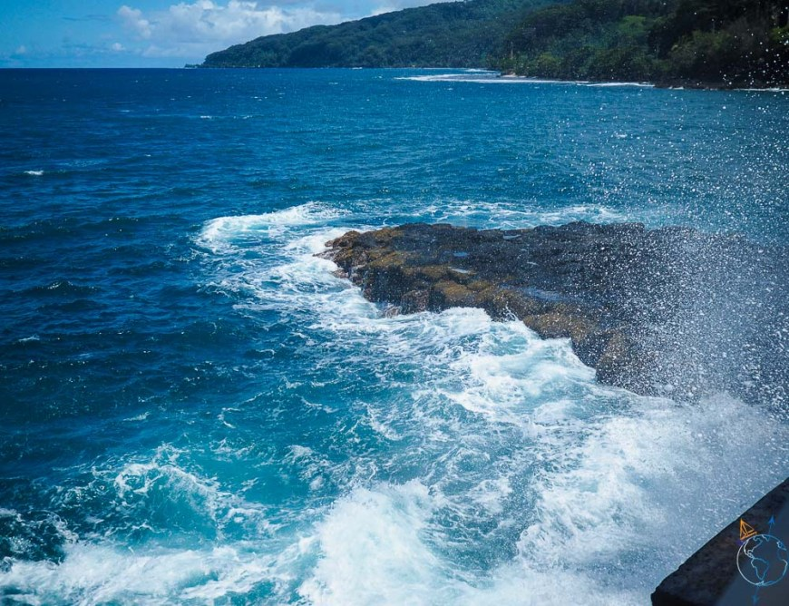 Embruns d'eau salée sur le site du Trou du Souffleur au nord-est de Tahiti.