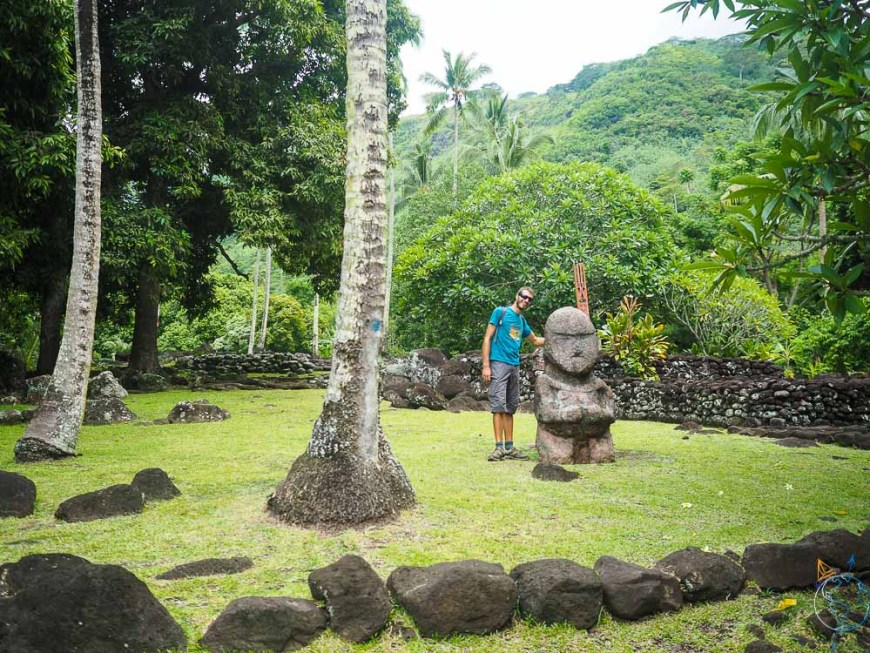 Tiki de pierre dans la clairière du marae Arahurahu sur Tahiti.