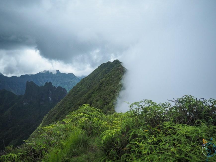Un des sommets de l'île de Tahiti dans les nuages.