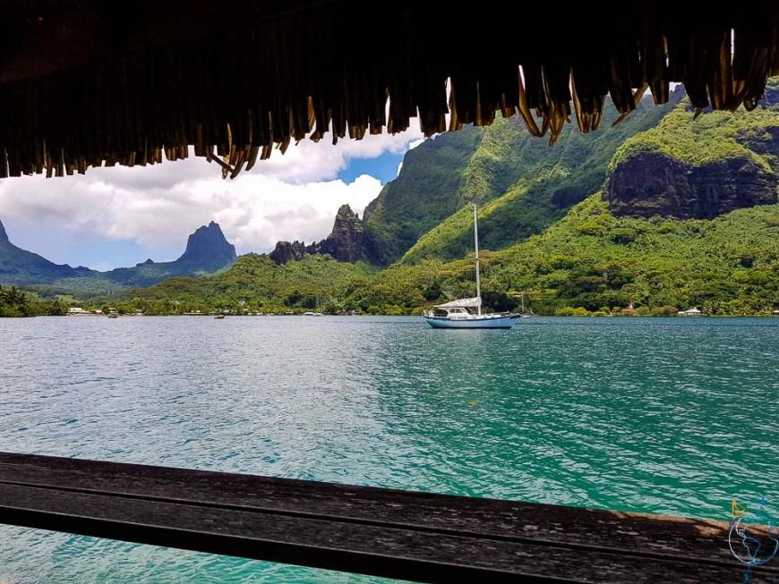 Vue depuis le restaurant L'Ananas bleu à Moorea, dans la baie de Cook.