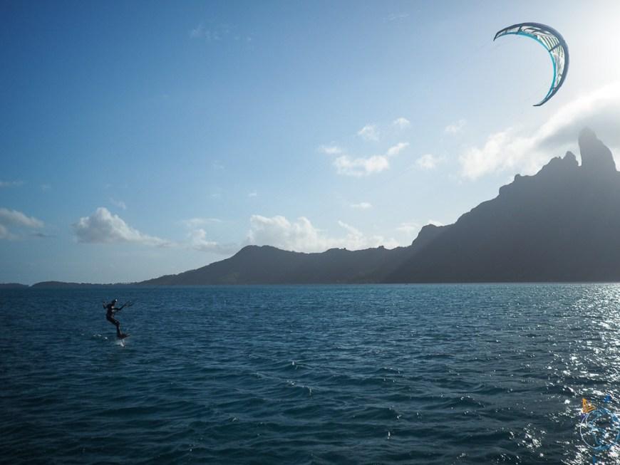 Kitefoil sous le soleil couchant de l'île de Bora Bora.