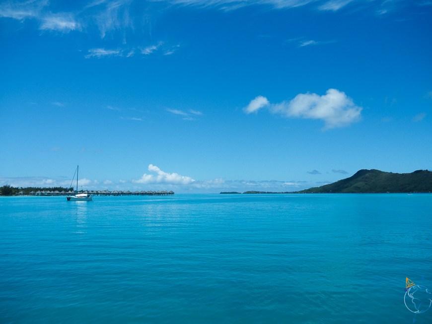 Vue sur le lagon de Bora Bora et sur ses hôtels de luxe.