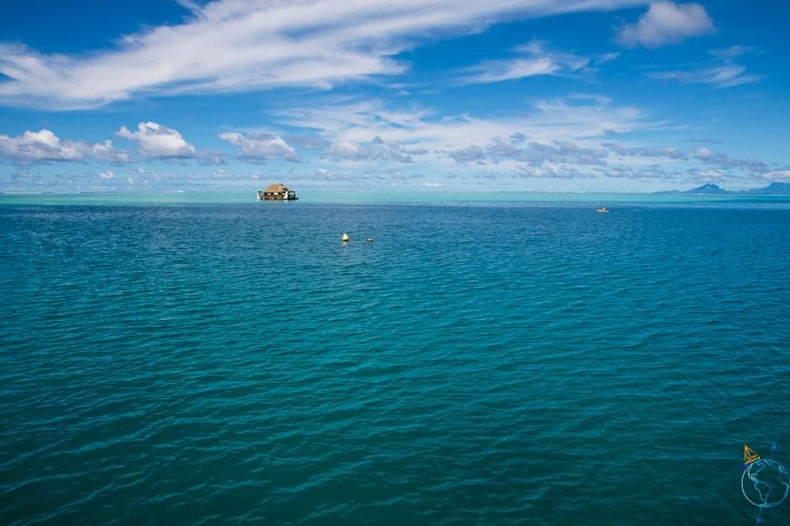 Lagon de Huahine avec maisonnette flottante sur l'eau.