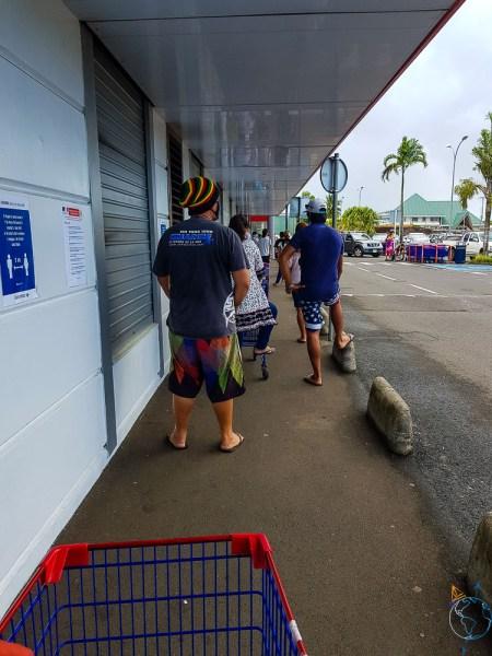 La queue pour accéder au Carrefour durant le confinement.
