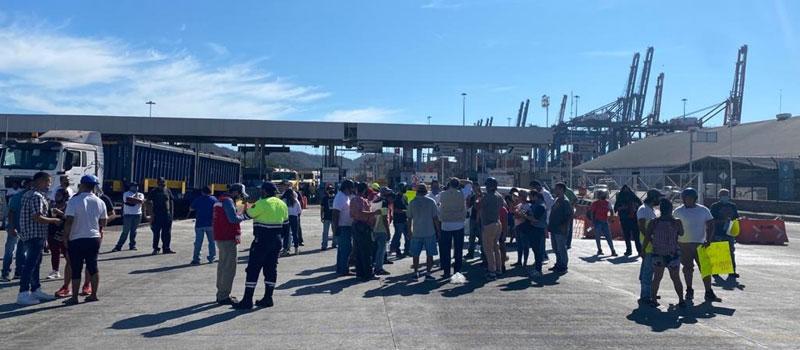 Bloquean mototaxis  el ingreso al recinto portuario en Manzanillo