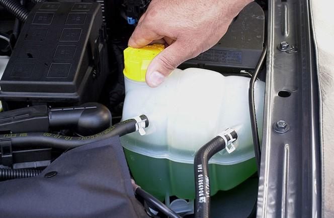 Como colocar água no radiador: o reservatório do carro