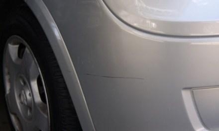 Como tirar pequenos arranhões no seu carro