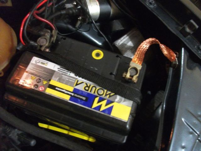 Repare a malha cor de cobre ligando o negativo a lata do carro.