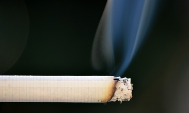 Dirigir fumando é proibido no Brasil?