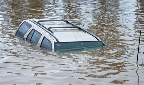 Carro e enchente