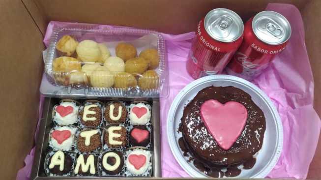 itens comestíveis de uma festa na caixa romântico