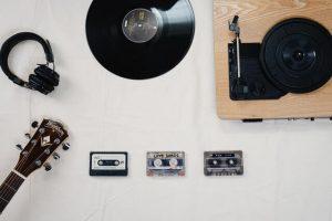 vinil, fitas e fone ilustrando músicas internacionais antigas