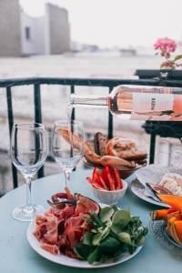 vinhos dos signos - signo de sagitário com mesa e antepastos