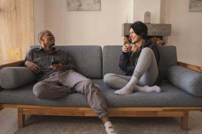 o poder das palavras com casal conversando em uma sala de estar