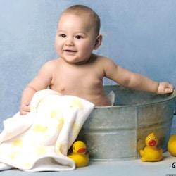 Как правильно держать новорожденного: спсособы и позы для ношения малыша