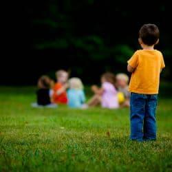 Ребенок ни с кем не дружит: как бороться с детским одиночеством