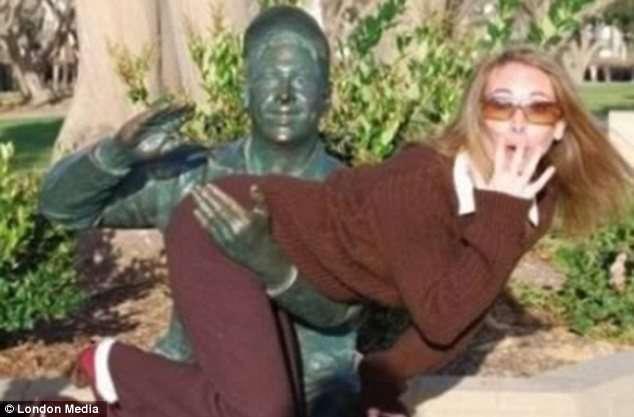 Kur statujat bëhen jo vetëm objekt fotosh  por edhe perversiteti