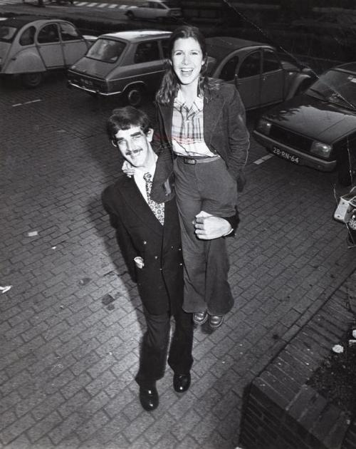 11.-Peter-Mayhew-Chewbacca-and-Carrie-Fisher-1977