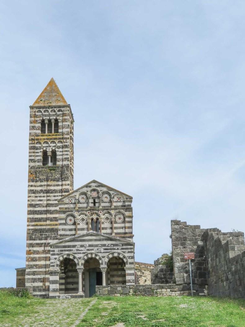 De mooiste plekken van Noord-Sardinië [roadtrip route] - Basilicia della Santissima Trinita di Saccargia - Map of Joy