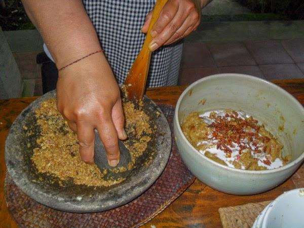 bali_cooking_class_prep_chicken_skewers_spicemix