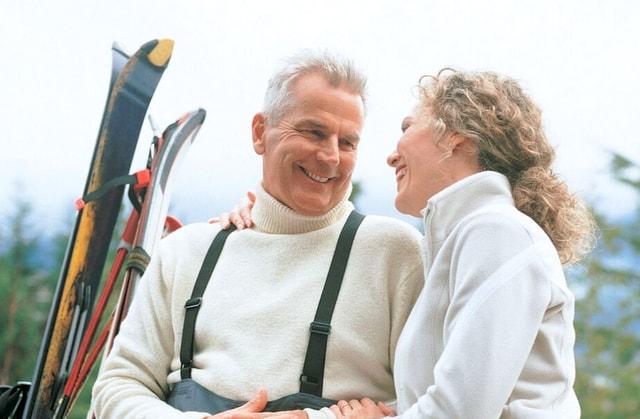 Skiing couple love RF