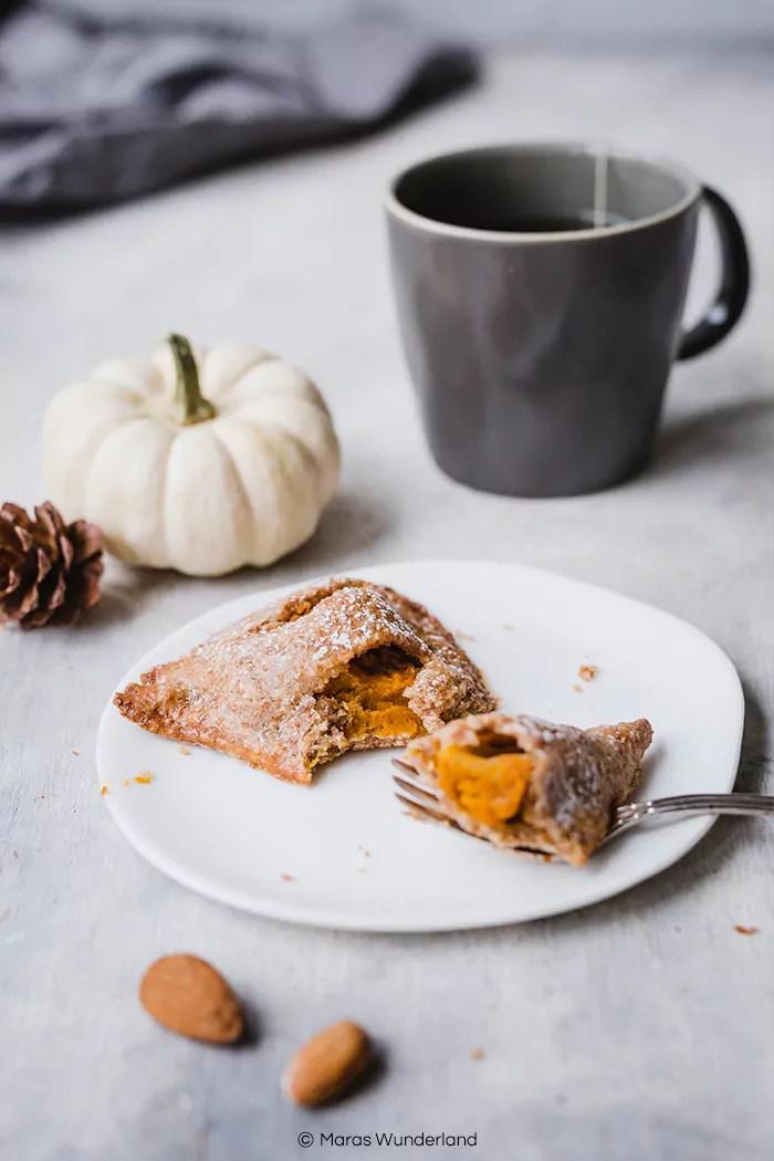 {Werbung} Rezept für gesündere & vegane Pumpkin Hand Pies. Nussiger Mürbeteig mit saftiger Kürbis-Apfelfüllung. Perfekt für Herbst und Halloween. • Maras Wunderland #pumpkin #kürbis #halloweentreat #pumpkinhandpies #handpies #maraswunderland