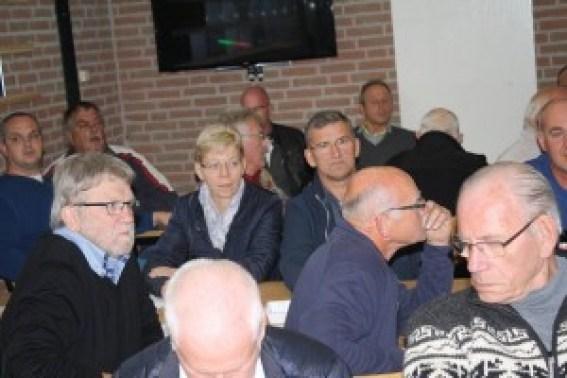 Michel luistert aandachtig en Bernard is afgeleid door de fotograaf