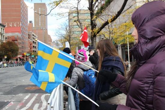 Elin i varm jacka och svenska flaggor. Foto: privat