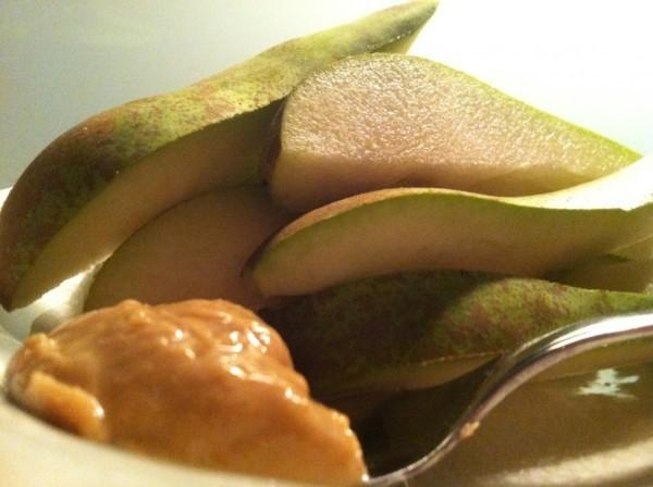 Päron och en stor tesked Cashew & Sesamsmör. Foto: privat