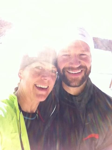 Här är jag och min lagkamrat som prickade in en gemensam löptur under en solig dag i Ursvik. Foto: privat
