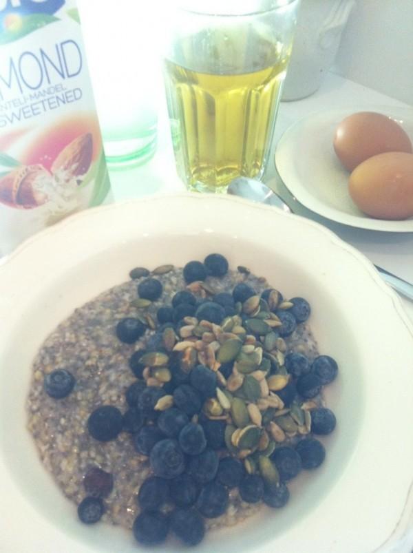 Bocetegröt med chiafrön och kokosolja toppad med blåbär och rostade frön. Till detta mandelmjölk, 2 ägg, te och vatten. Foto: privat