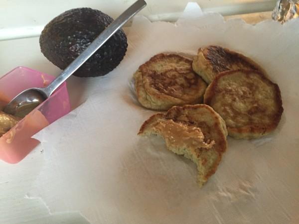 Det blev inte en lika fin gourmetbild som i morse. Men plättarna var varma och gav gott om energi med jordnötssmör. Foto: privat