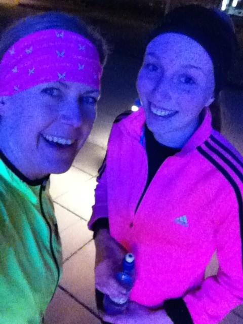 Efter 15 kilometer hade mörkret lagt sig över Hagaparken och vi lös upp med våra neonkläder. Foto: privat