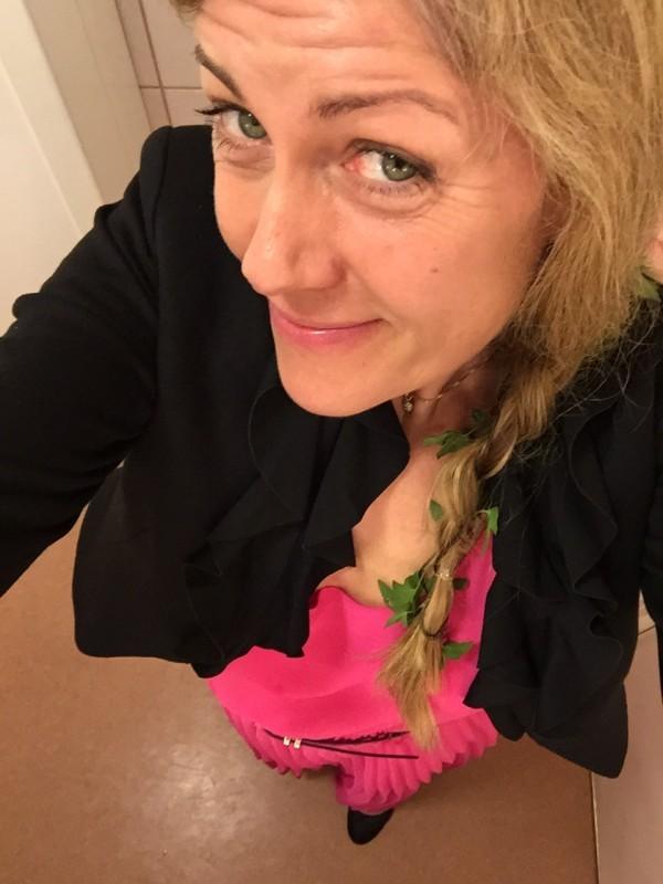 Rosa långklänning och blommor i håret. Foto: privat