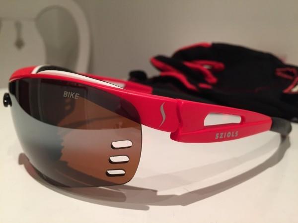 Kärlek. Fina cykelglasögon och matchande cykelhandskar i bakgrunden. Foto: privat