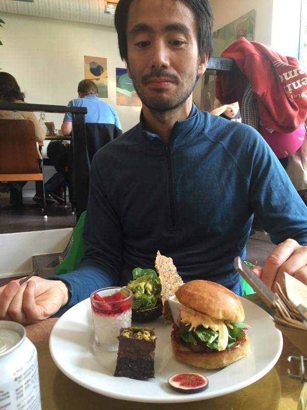 Coach Ken på restaurang Greene Peas på Kungsholmen. En vegansk brunchtallrik som är glutenfri. Yummie! Foto: privat