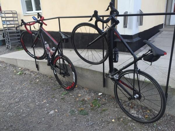Bra matchning på våra svart-röda cyklar. Foto: privat