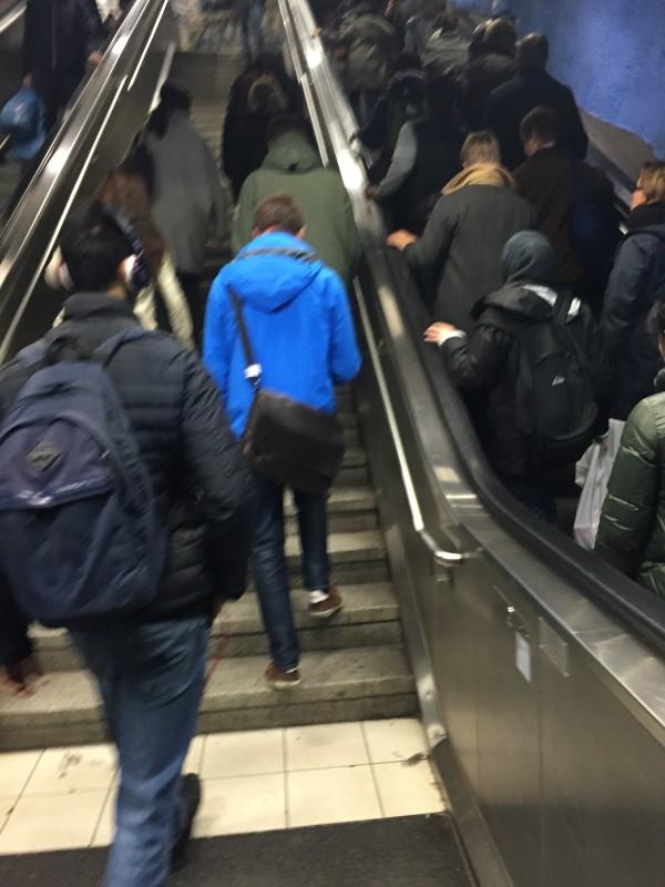 Fler i rulltrappan än de som väljer att stärka benen. Foto: privat