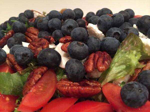 Gigantiska blåbär är en fräsch smaksättare till denna sallad. Foto: privat