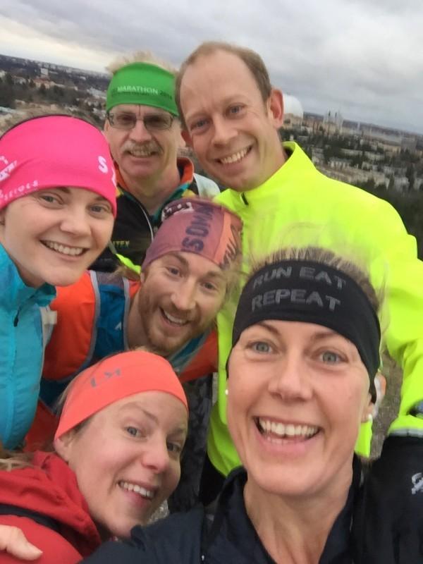 SEX halvgalna ultralöpare på toppen av Hammarbybacken. Längst bak: Jan-Erik, Johan H, Johan S, Maria, Ann-Sofie och jag. Foto: privat