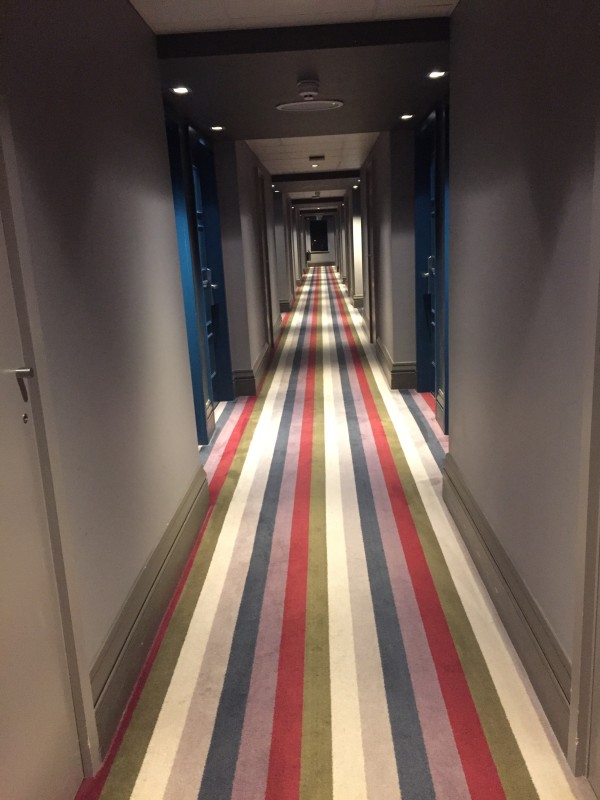 Jag hittar möjligheter till och med i en hotellkorridor. Som gjord för utfallssteg. Foto: privat