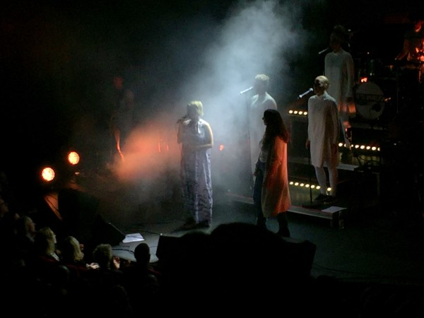 Petra Marklund och Helen Jamshida på scen i tisdags. Foto privat