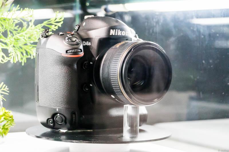 Nikon D4s 斜め前