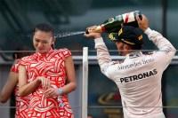 ルイス・ハミルトン、表彰台で女性にシャンパンをかけた行為に非難