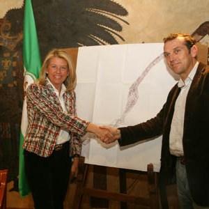 La exalcaldesa de Marbella, Ángeles Muñoz, junto a su homólogo de Benahavís, José Antonio Mena en 2008, tras acordar el deslinde