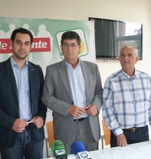 El vicepresidente de la Junta, Diego Valderas, flanqueado por Miguel Díaz (izqda) y Enrique Monterroso (dacha) ediles de IU en Marbella
