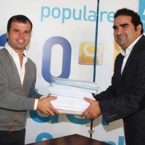 El concejal del PP Diego López (izqda) junto al también edil y secretario general del PP local, Manuel Cardeña, en imagen de archivo.