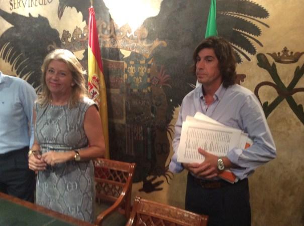 La alcaldesa de Marbella, Ángeles Muñoz, junto al director general de Urbanismo,Mario Ruiz, también desimputado