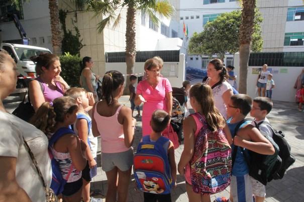 Imagen de la edil delegada de Enseñanza, Carmen Díaz, hoy con escolares