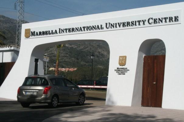 Puerta de entrada a Marbella International University
